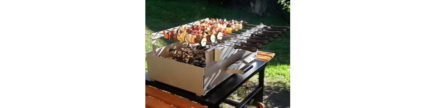 烧烤和烧烤与木材和木炭